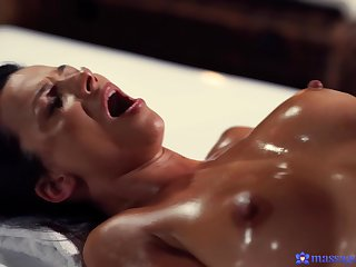 Stunning tanned MILF Shalina Devine gets mind blowing orgasm